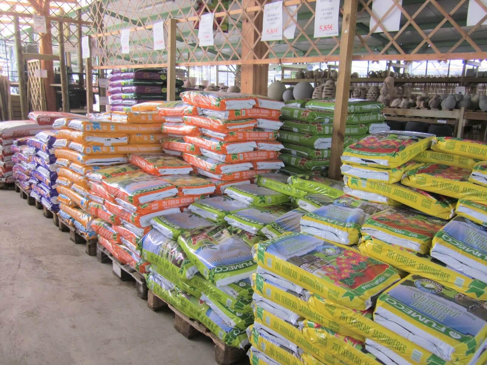 outils pour l'entretien du jardin : terreaux, engrais, soins des